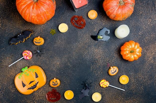 Halloween mit lebkuchen, kürbisen und kerzen