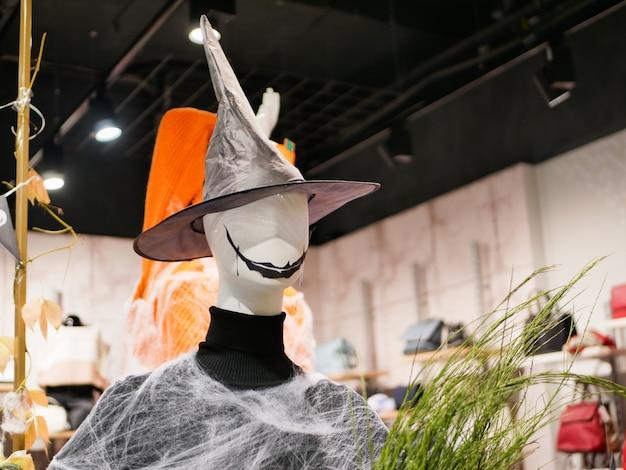 Halloween-modell mit scharfem hut