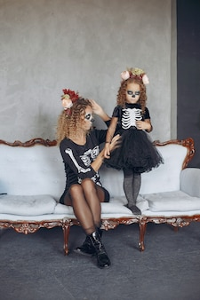 Halloween. mutter und tochter im halloween-kostüm im mexikanischen stil. familie zu hause.
