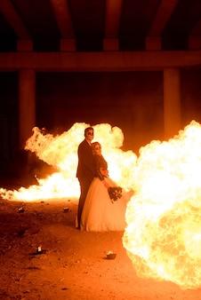 Halloween-paar, das mit flammenwerfer steht
