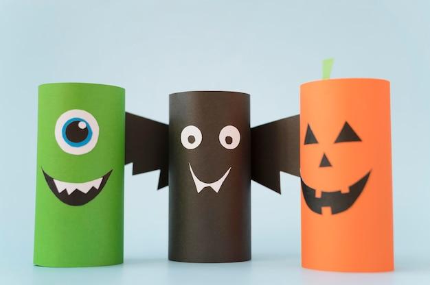 Halloween-papierdekorationen auf dem tisch