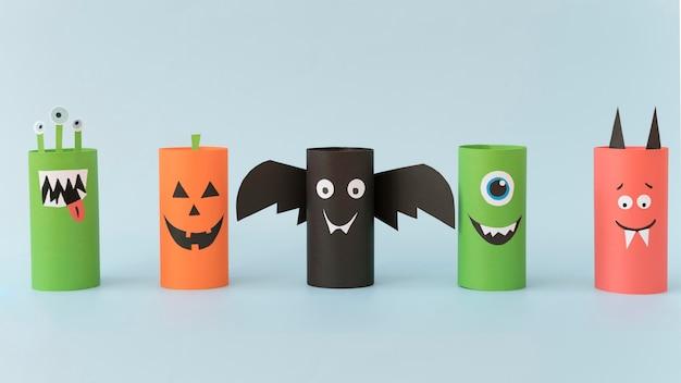 Halloween-papierdekorationen auf schreibtisch