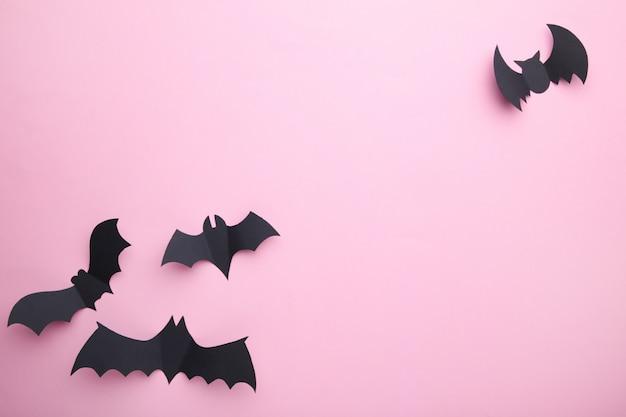 Halloween-papierschläger auf pastellrosahintergrund. halloween