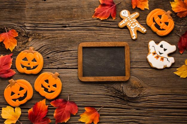 Halloween-parteiaufkleber auf holztisch