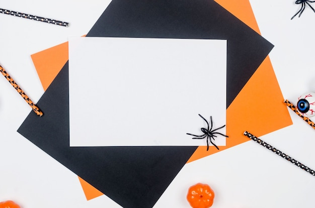 Halloween-party-komposition auf papierhintergrund in schwarz, orange und weiß. , halloween party Premium Fotos