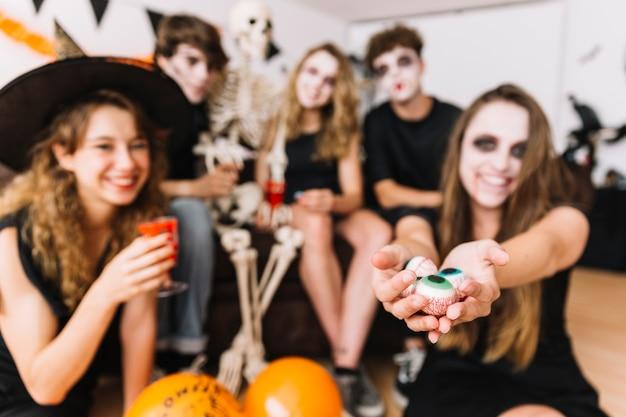 Halloween-party mit skelett und falschen augen