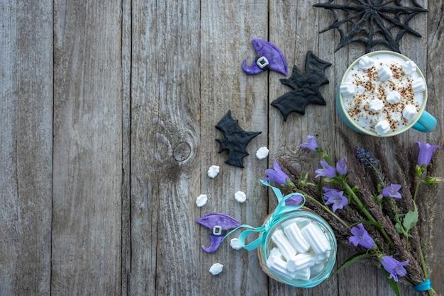 Halloween party. mokka mit marshmallows und schaum. draufsicht.