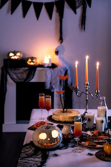 Halloween party vorbereitungen auf dem tisch