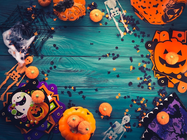 Halloween-partydekorationsfeld auf dunkelgrünem