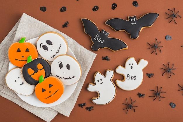 Halloween-pfefferkuchen auf platte nahe schläger- und geistkuchen