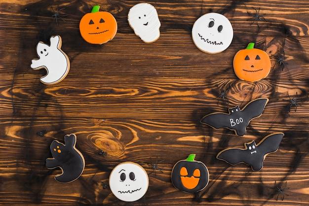 Halloween-pfefferkuchen vereinbarten im kreis auf hölzernem hintergrund
