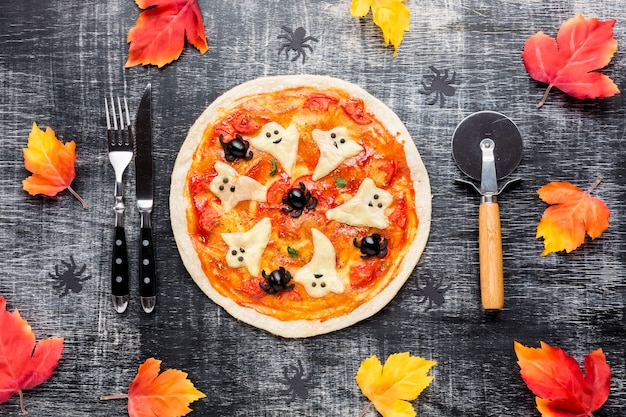 Halloween pizza mit gruseligen geister an der spitze