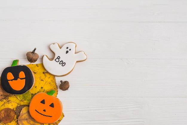 Halloween-plätzchen auf laub