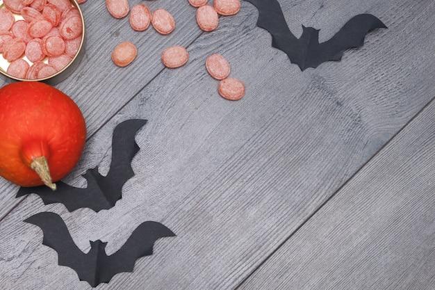 Halloween-schläger mit kürbisen, süßigkeiten ebenenlage, kopienraum, draufsicht.