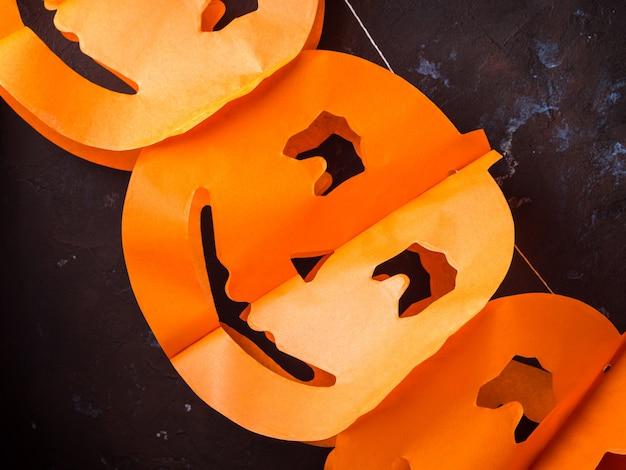 Halloween schnitzte kürbisfahne auf dunkler wand