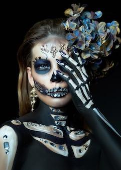Halloween-schönheitsporträt einer skelettfrau des todes, das make-up im gesicht. mädchen tod halloween-kostüm. tag der toten. charmante und gefährliche calavera catrina