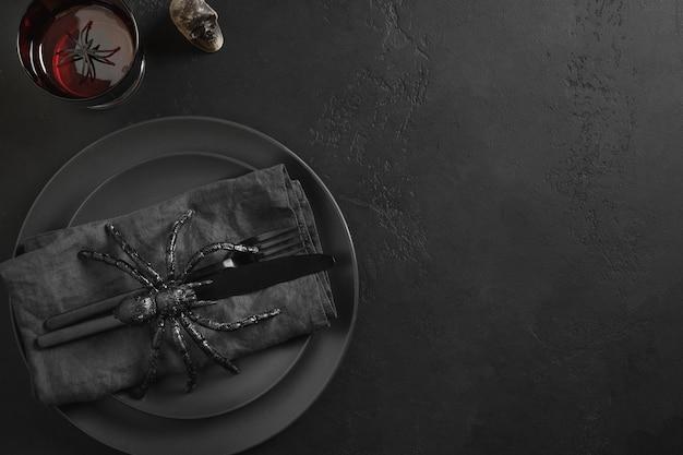 Halloween schwarze tischdekoration mit spinnenschädel und netz