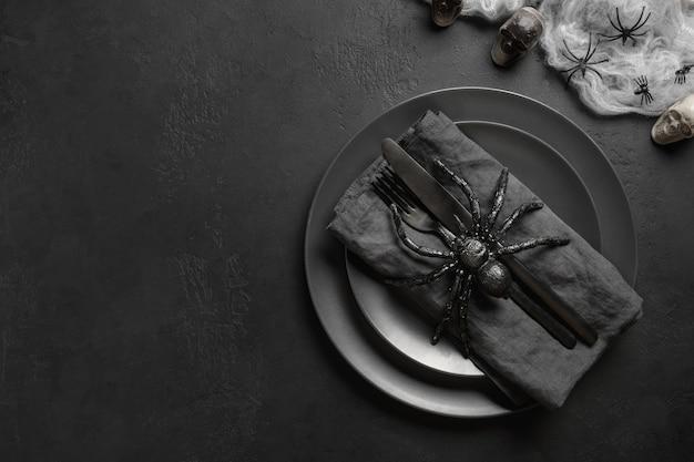 Halloween schwarze tischdekoration mit spinnenschädel und webansicht von oben