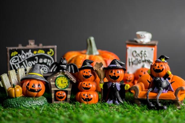 Halloween-spielwaren auf dem gras.