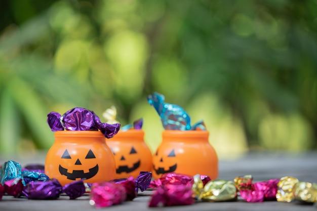 Halloween-steckfassung-olaterneneimer mit dem verschütten der süßigkeit