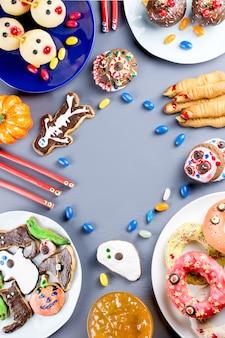 Halloween süße leckereien auf dem tisch
