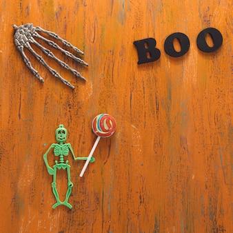 Halloween-symbole auf holztisch liegen.