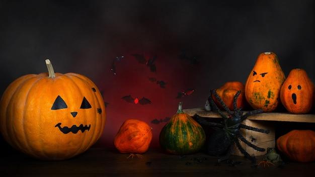 Halloween-szene mit geschnitzten kürbissen und dekoration