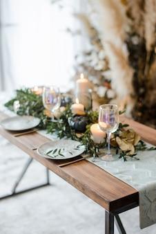 Halloween-tabelleneinstellung auf dunklem hintergrund. gericht auf einem dunklen tisch mit schwarz-goldenem kürbis. trendiges urlaubskonzept mit flacher lage und draufsicht.