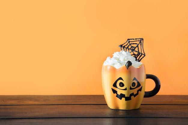 Halloween tasse kaffee mit schlagsahne