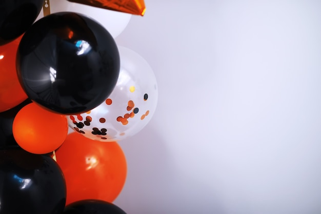 Halloween-thema dekoriertes wohnzimmer. lebensstil halloween-saison-familienhausinnenraum. traditioneller halloween-dekorationshintergrund.