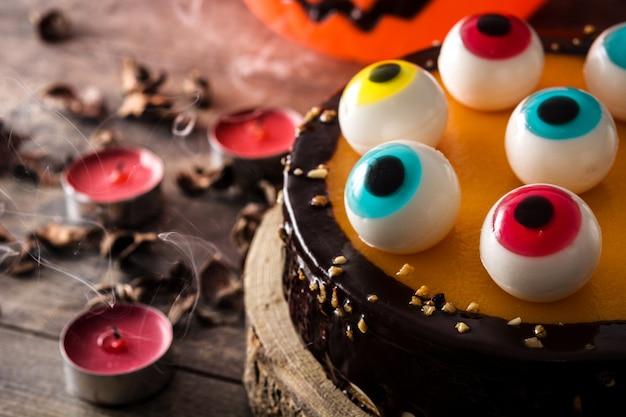 Halloween-torte mit süßigkeiten augendekoration