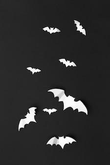 Halloween und dekorationskonzept - papierfledermausfliegen