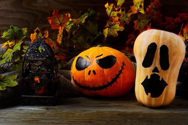 Halloween verzierte kürbisse auf dunklem rustikalem hintergrund. halloween-symbol jack-o-laterne hintergrund. halloween-dekoration.