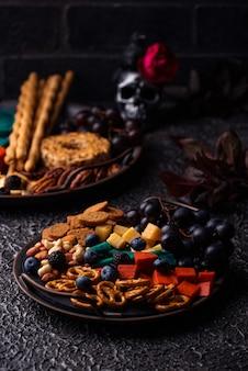 Halloween vorspeisen käseplatte mit snacks
