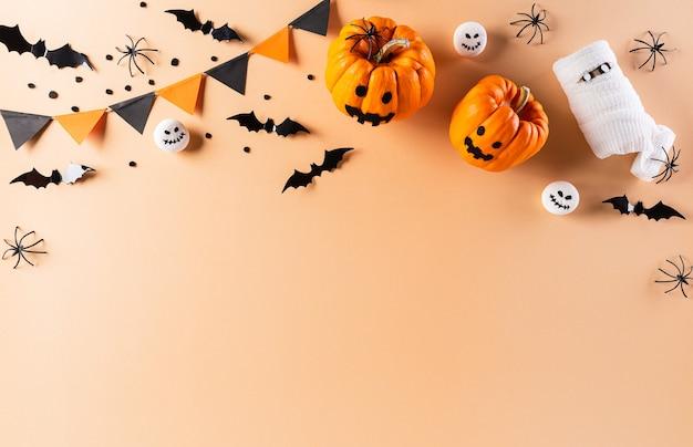 Halloween-wohnung lag mit dekorationen aus kürbis, papierfledermäusen und schwarzer spinne