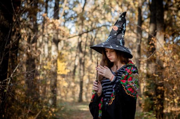 Halloweenhexe mit einem messer im wald