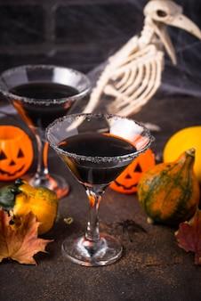 Halloweens gruseliges getränk für party black martini cocktail