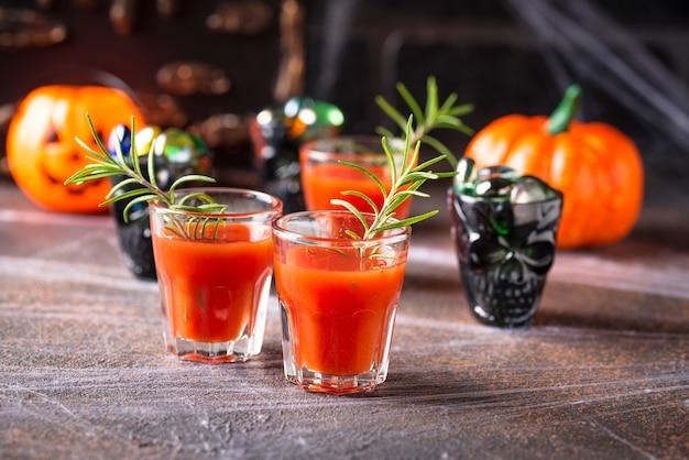 Halloweens trinken bloody mary cocktail