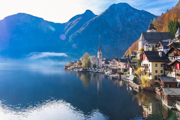 Hallstatt-bergdorf an einem sonnigen tag vom klassischen postkartenstandpunkt österreich