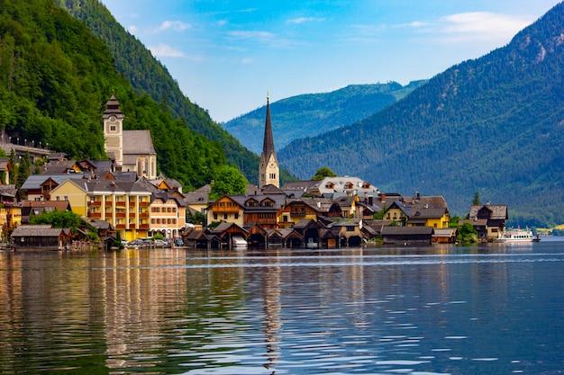 Hallstatt-dorf auf hallstätter see in den österreichischen alpen