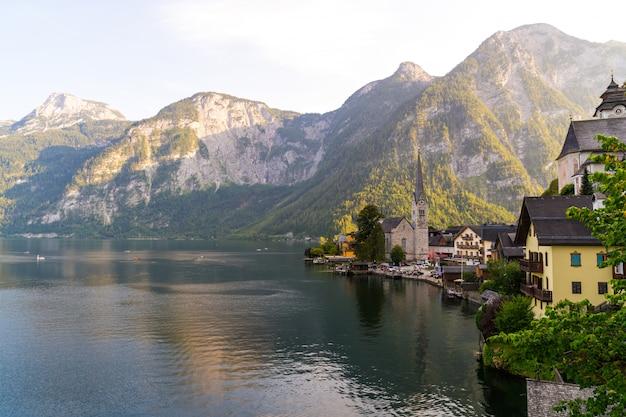 Hallstatt-dorf auf hallstatter see in den österreichischen alpen