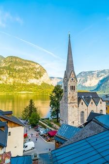 Hallstattdorf am hallstatter see in den österreichischen alpen