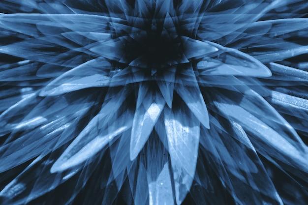 Halluzinationen in form einer großen surrealen pflanze mit langen blättern schließen. negative abstrakte illusion zum thema getränk und droge.