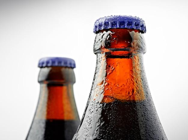 Hals einer trappistenbierflasche mit einem deckel