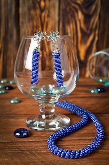 Halskette aus kleinen perlen mit handgefertigten ohrringen. blaue perlendekoration