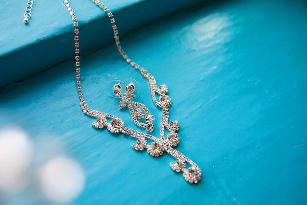Halskette und ohrringe auf einem blau