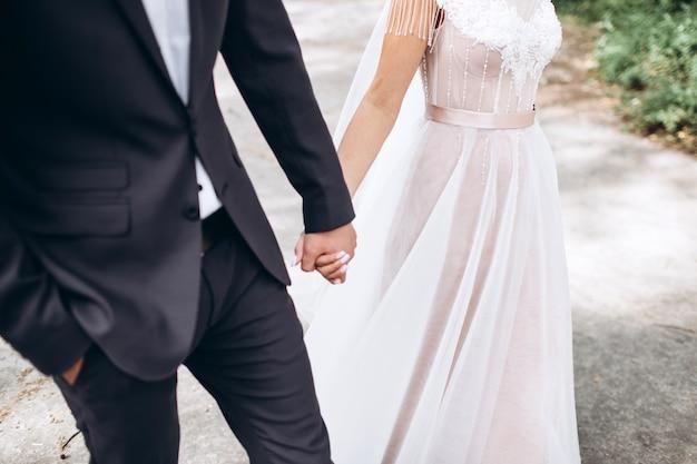Halte mich und lass niemals los. glückliche jungvermählten halten hände