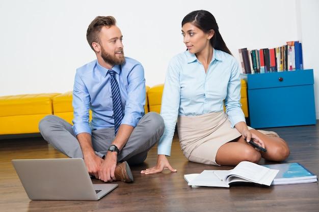 Halten erwachsener boden teamarbeit erfolg