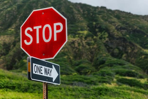 Halten sie an, einbahnstraße mit schönen bergen, insel oahu, hawaii
