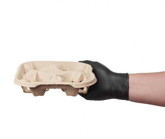 Halten sie das papierfach für getränke in tassen zum mitnehmen in der hand
